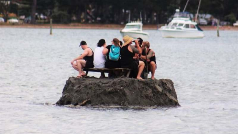 New Zealanders construct island bar in effort to avoid alcohol ban