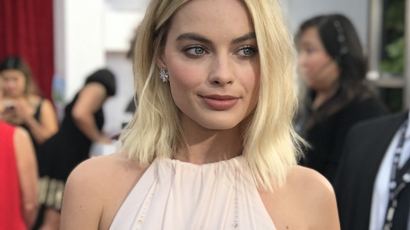 Margot Robbie dazzles in strapless Chanel gown at the Oscars
