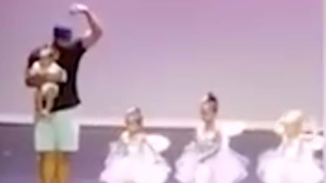 This Dad Won The Internet With A Simple Gesture For His Stage Frightened Daughter