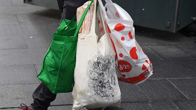Plastic bag backlash: Coles to hand out free reusable bags 'indefinitely'