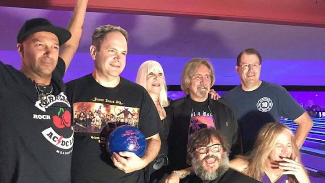RATM's Tom Morello Rocks A Cherry Bar T-Shirt At The Bowling For Ronnie Cancer Benefit